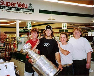 Darryl Sydor posing with the friendly folks at Super Valu supermarket.