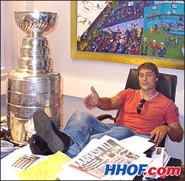 Selanne relaxes in the office of Harry Harkimo