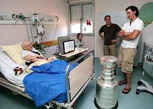 Cristobal Huet and the Stanley Cup visited the sick children of the Centre Hospitalier Universitaire of Grenoble