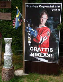 A sign featuring a picture of Niklas Hjalmarsson thanking him for bringing the Stanley Cup to Russnas