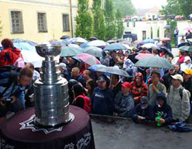 Tomas Kaberle brought the Stanley Cup to the Kladno town square where they were greeted by hundreds of fans.
