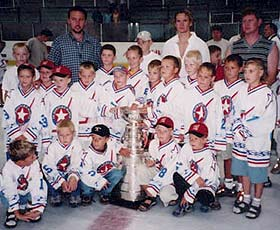 Elias poses with the Cup and with a youth hockey team at a local rink in Znojmo, Czech Republic.