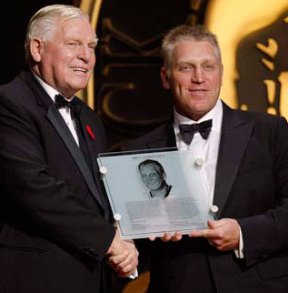 Brett Hull accepts his Honoured Member plaque after being inducted into the Hockey Hall of Fame on November 9, 2009.