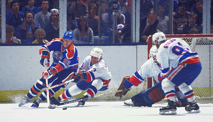 Rivals during the NHL season, the stars of the Edmonton Oilers and New York Islanders temporarily buried the hatched during the 1984 Canada Cup tournament.